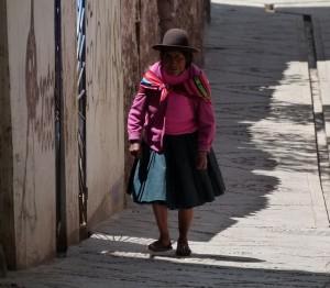 Uma senhora peruana no meio das ruas de Cusco