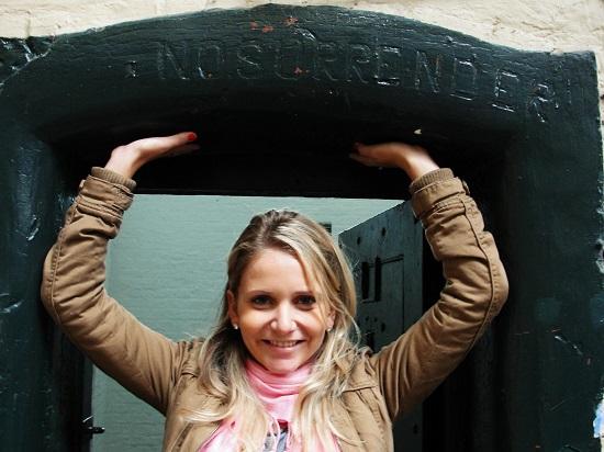 Renata em frente a uma cela.