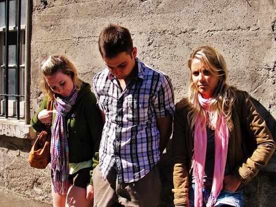 Manu, Daniel e Renata posando de revolucionários presos! :-)